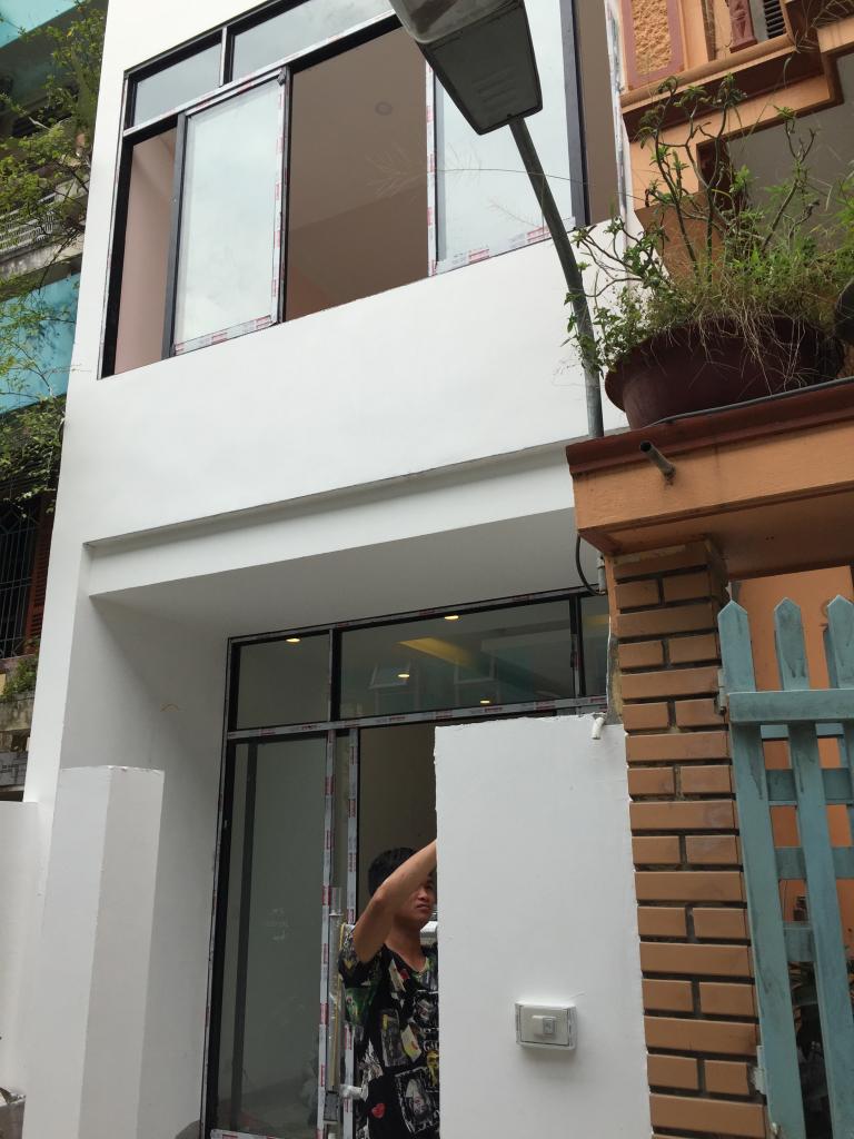 Hệ cửa sổ phía trên làm bằng nhôm kính