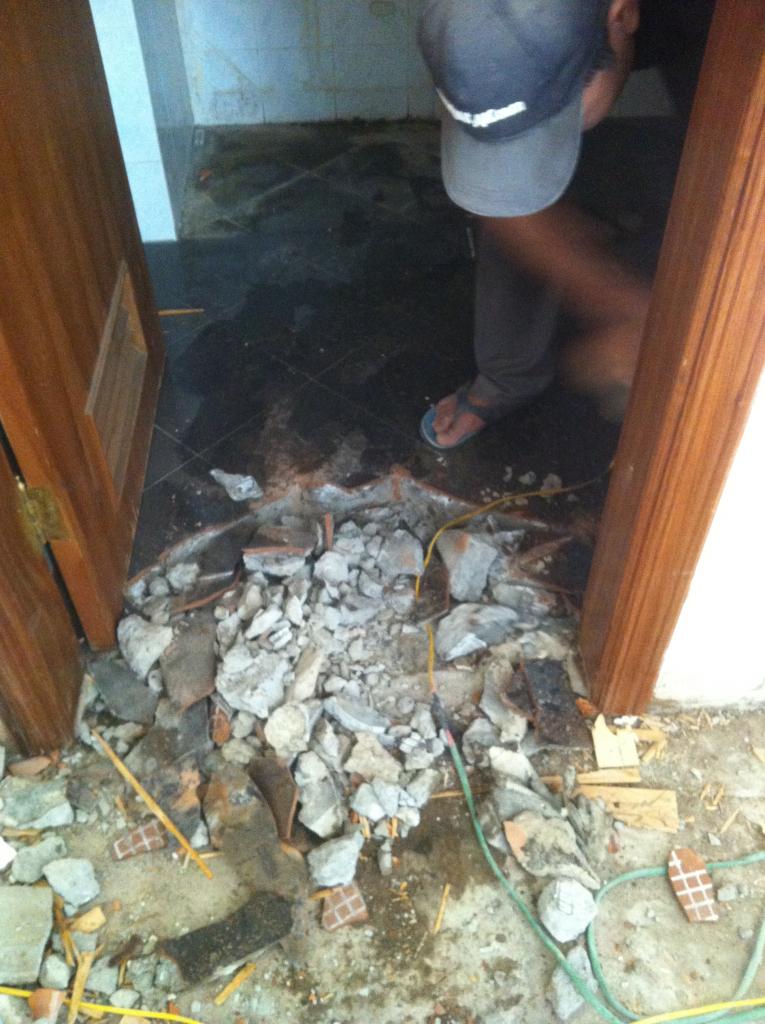 Phá dỡ nhà vệ sinh