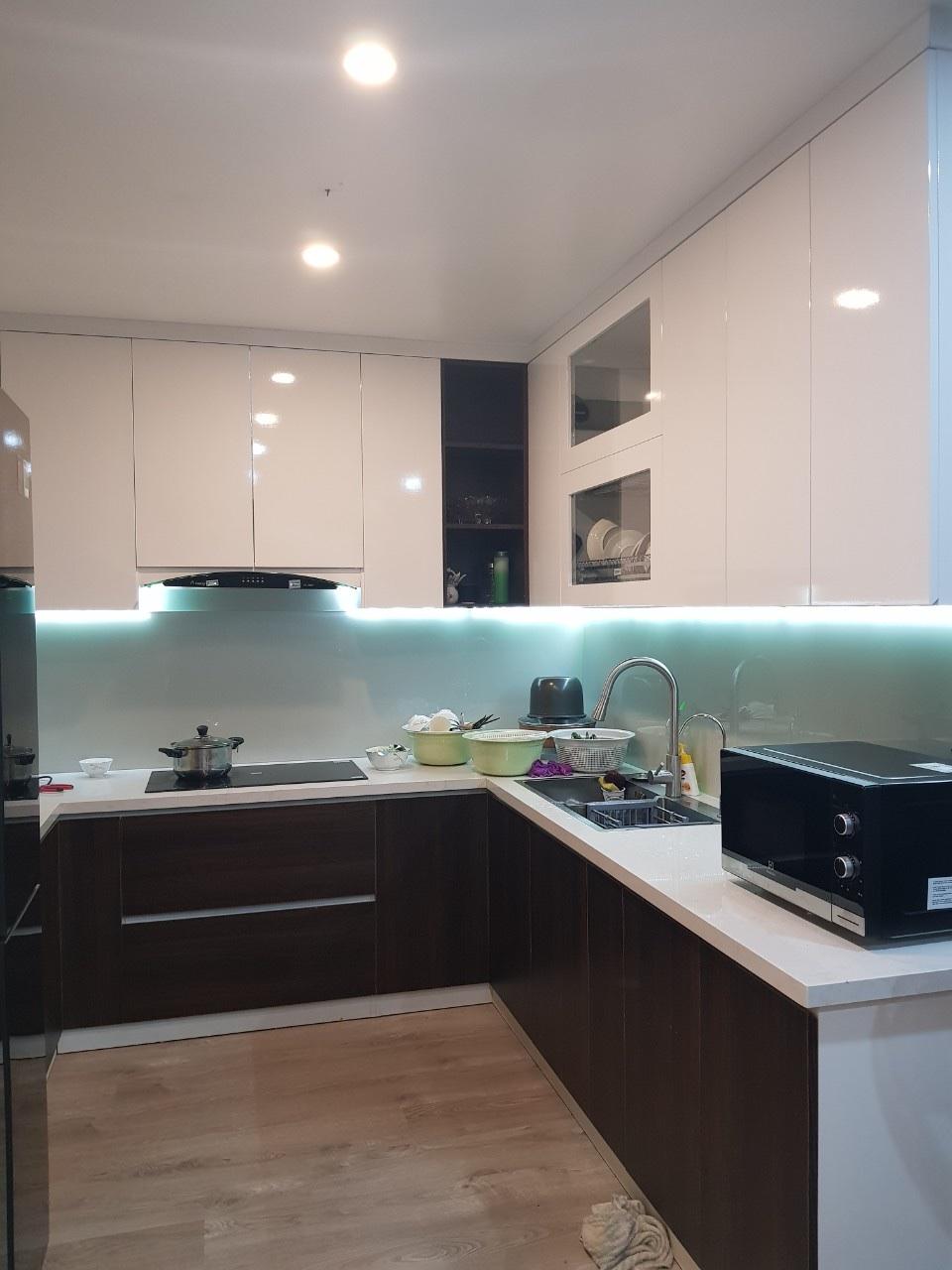 Tủ bếp hoàn thiện bằng gỗ MDF và mặt Acrylic