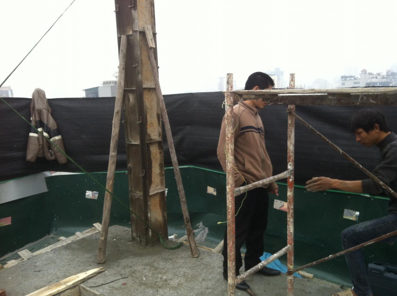 Lắp dựng cột cho tầng mái mới