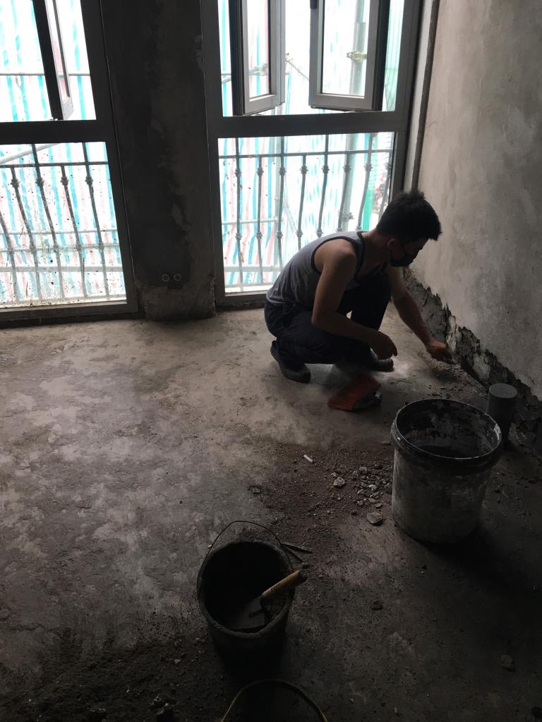 Đục chân tường chống thấm nền nhà vệ sinh
