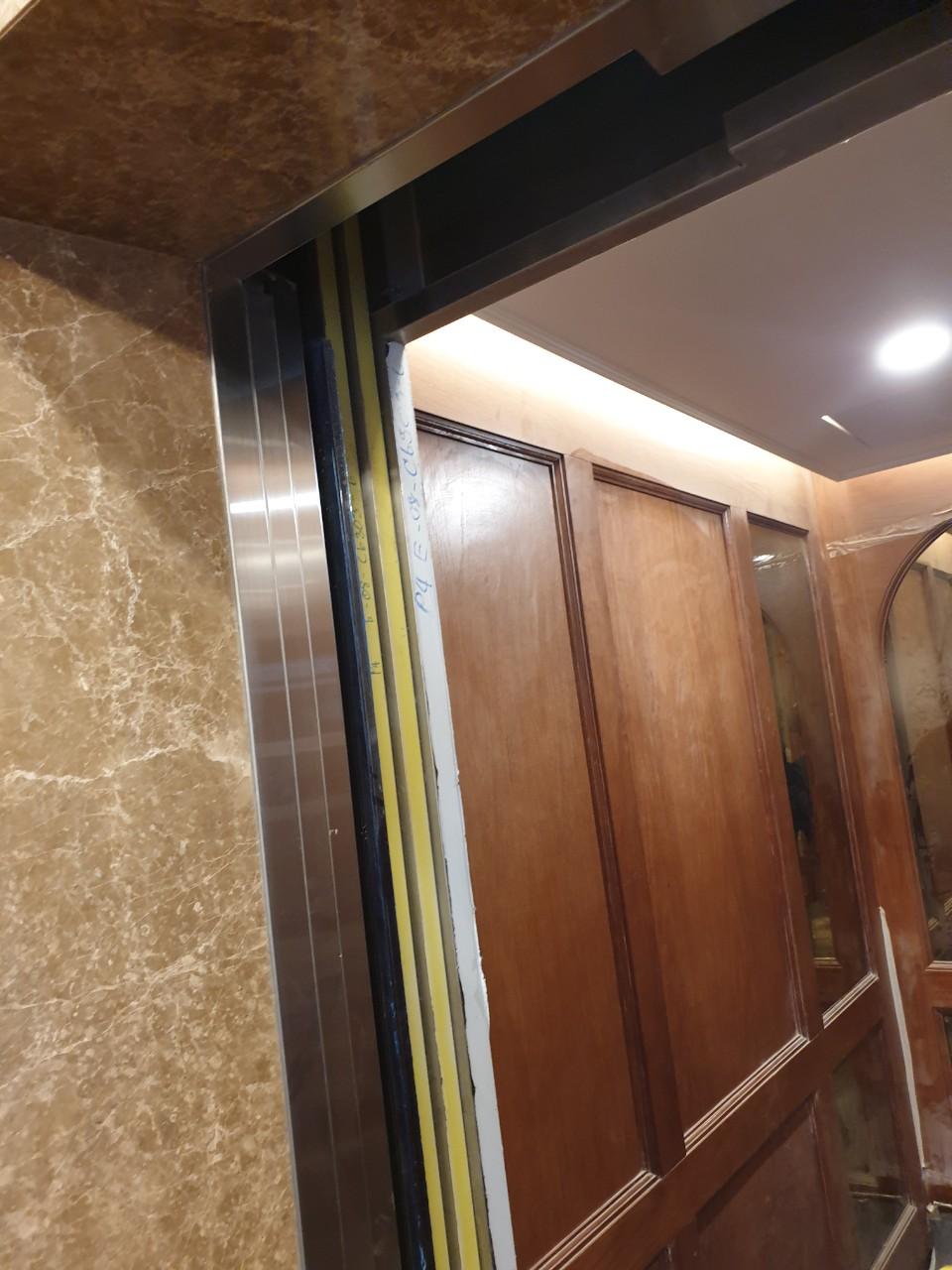 Ốp gỗ bên trong cầu thang máy cho văn phòng công ty