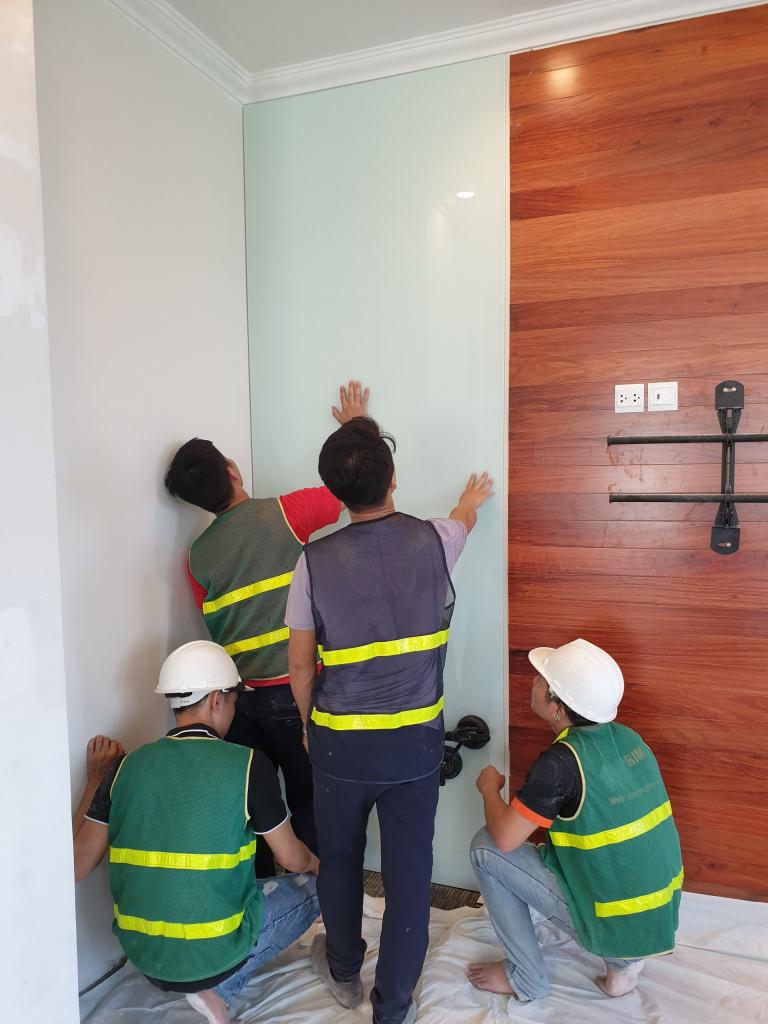 Ốp kính tường cho mảng nhận diện công ty