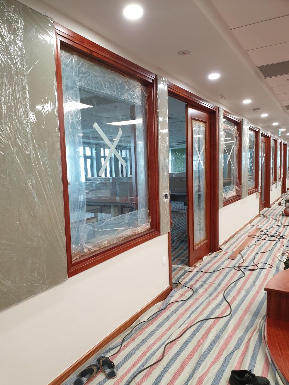 Bổ sung cửa kính lấy sáng cho các phòng làm việc và phòng họp