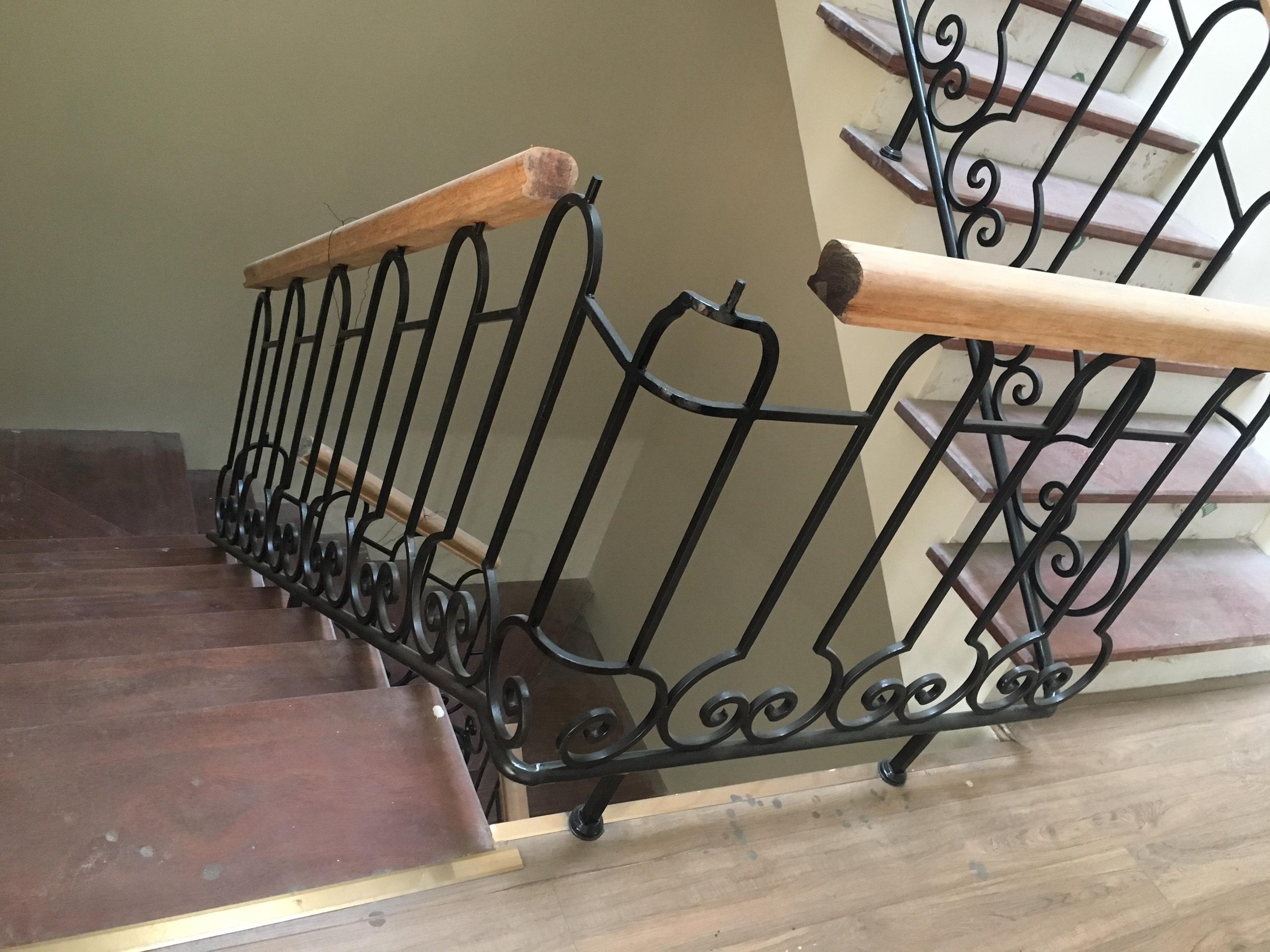 Cầu thang sắt nghệ thuật kết hợp gỗ là điểm nhấn trong cải tạo nhà Hà Nội