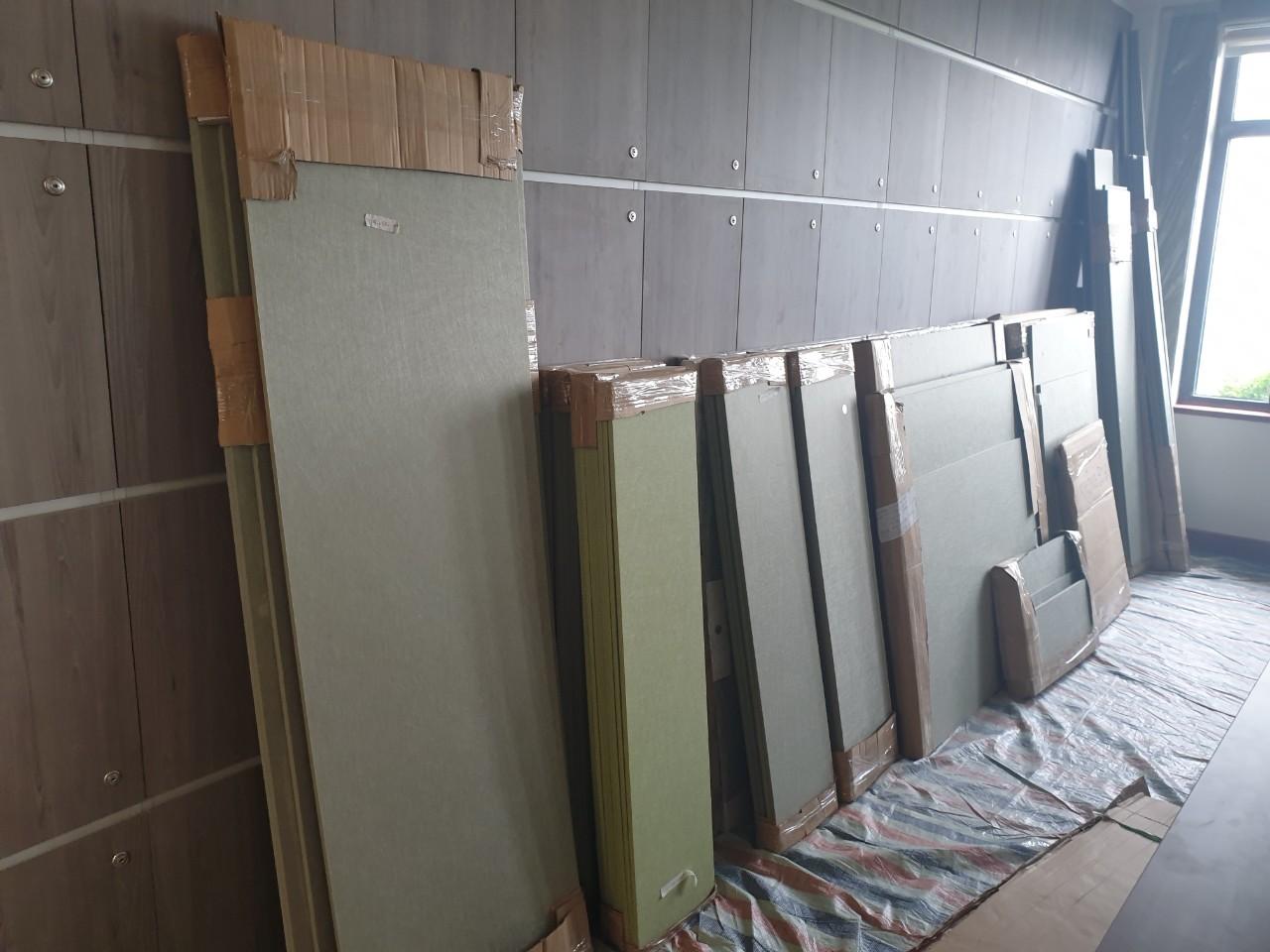 Gỗ MDF dùng cho lắp đặt nội thất văn phòng được đưa tới công trình