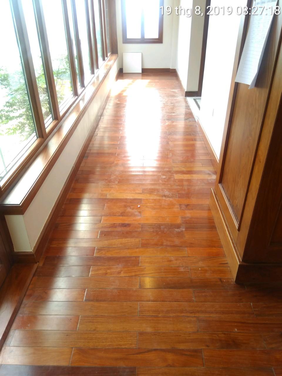 Hành lang văn phòng của công ty sản xuất gỗ