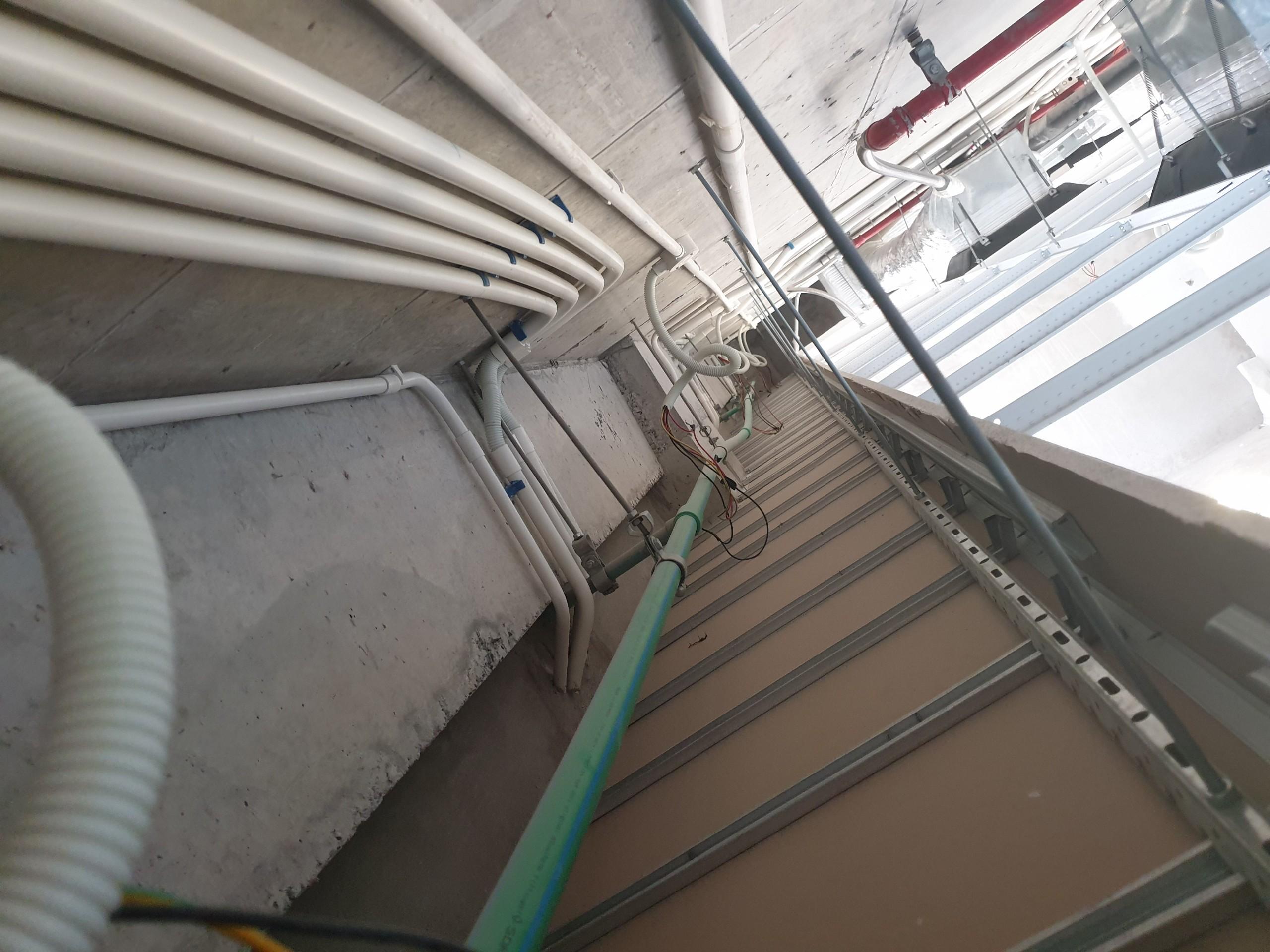 Hệ thống điện trên trần phía dưới là thạch cao được thi công theo thiết kế phê duyệt
