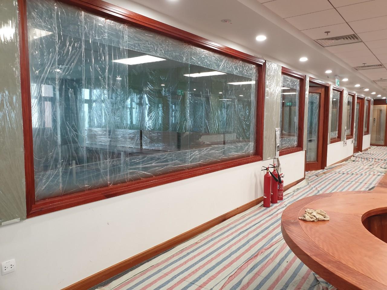 Khung cửa kính ngăn phòng bằng gỗ tự nhiên theo mong muốn chủ đầu tư