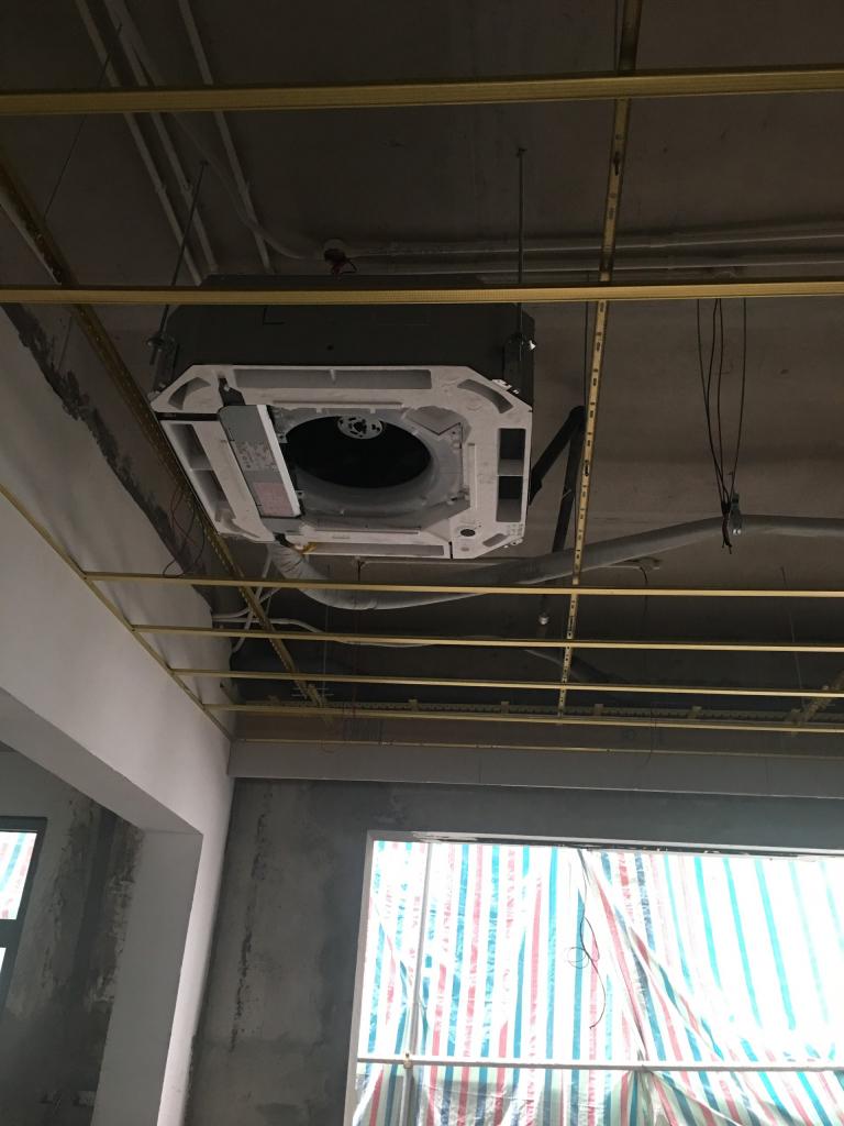 Lắp điều hòa, lắp xương thạch cao, căn chỉnh điều hòa trước khi làm trần thạch cao để đảm bảo kĩ thuật khi cải tạo nhà