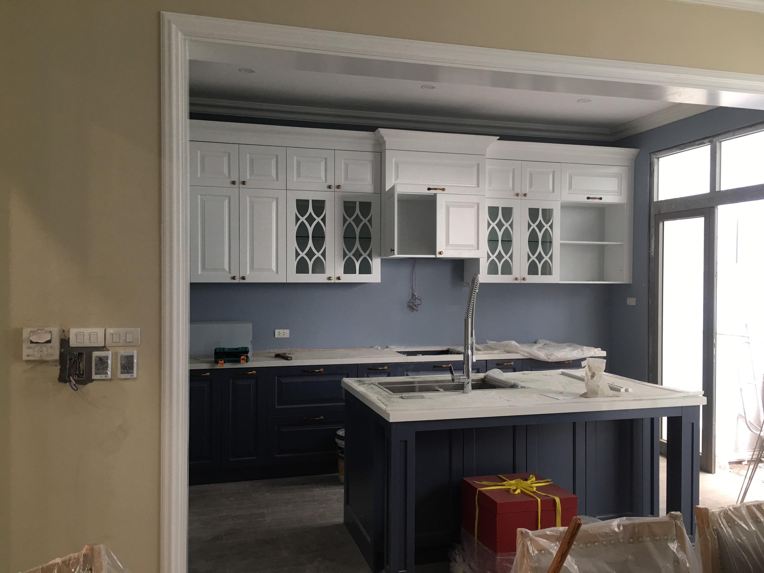 Nội thất phòng bếp với tông màu trắng mang hơi hướng châu Âu