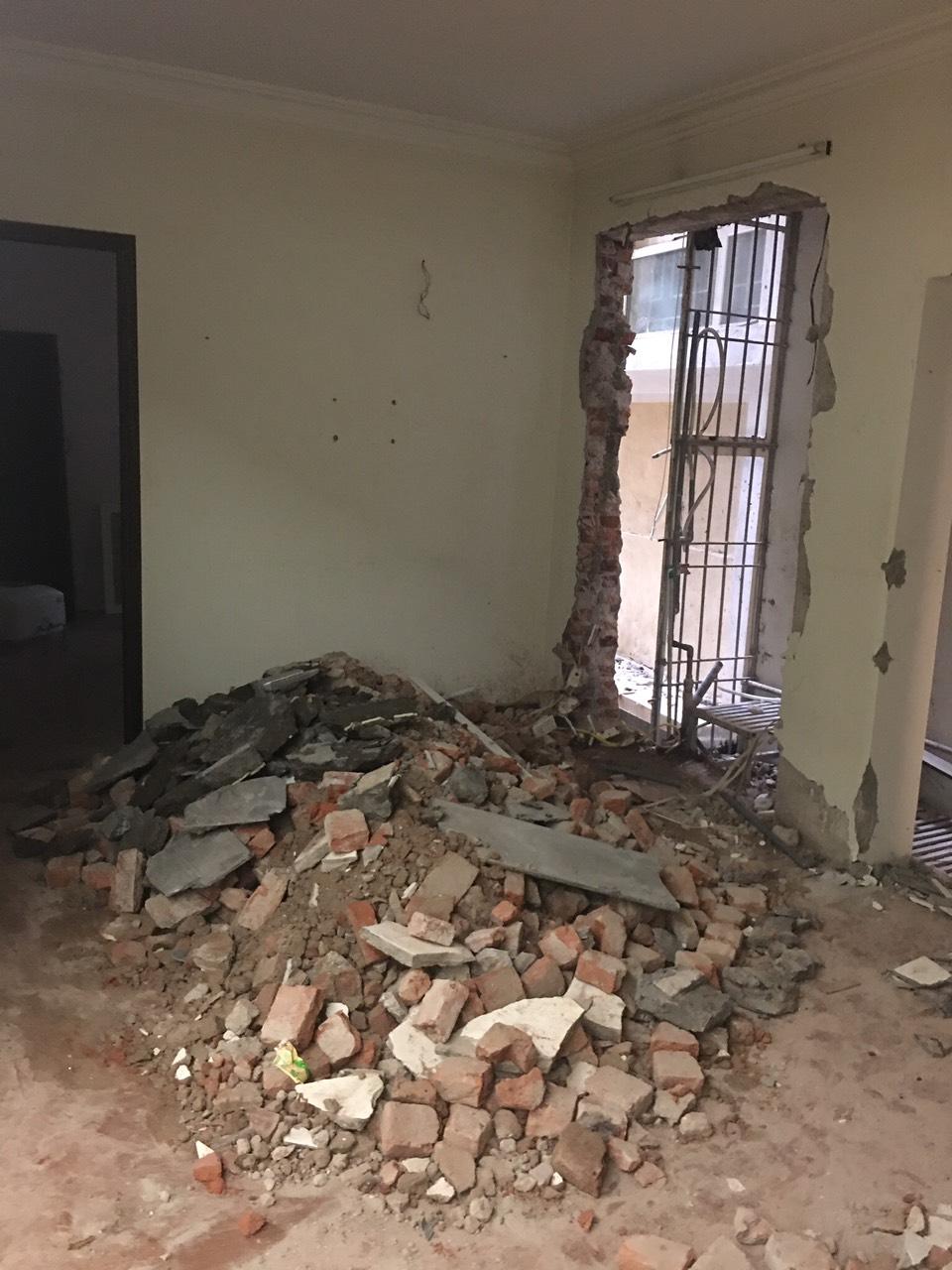 Phá dỡ tường 220 tại chỗ làm cửa đi thông phòng