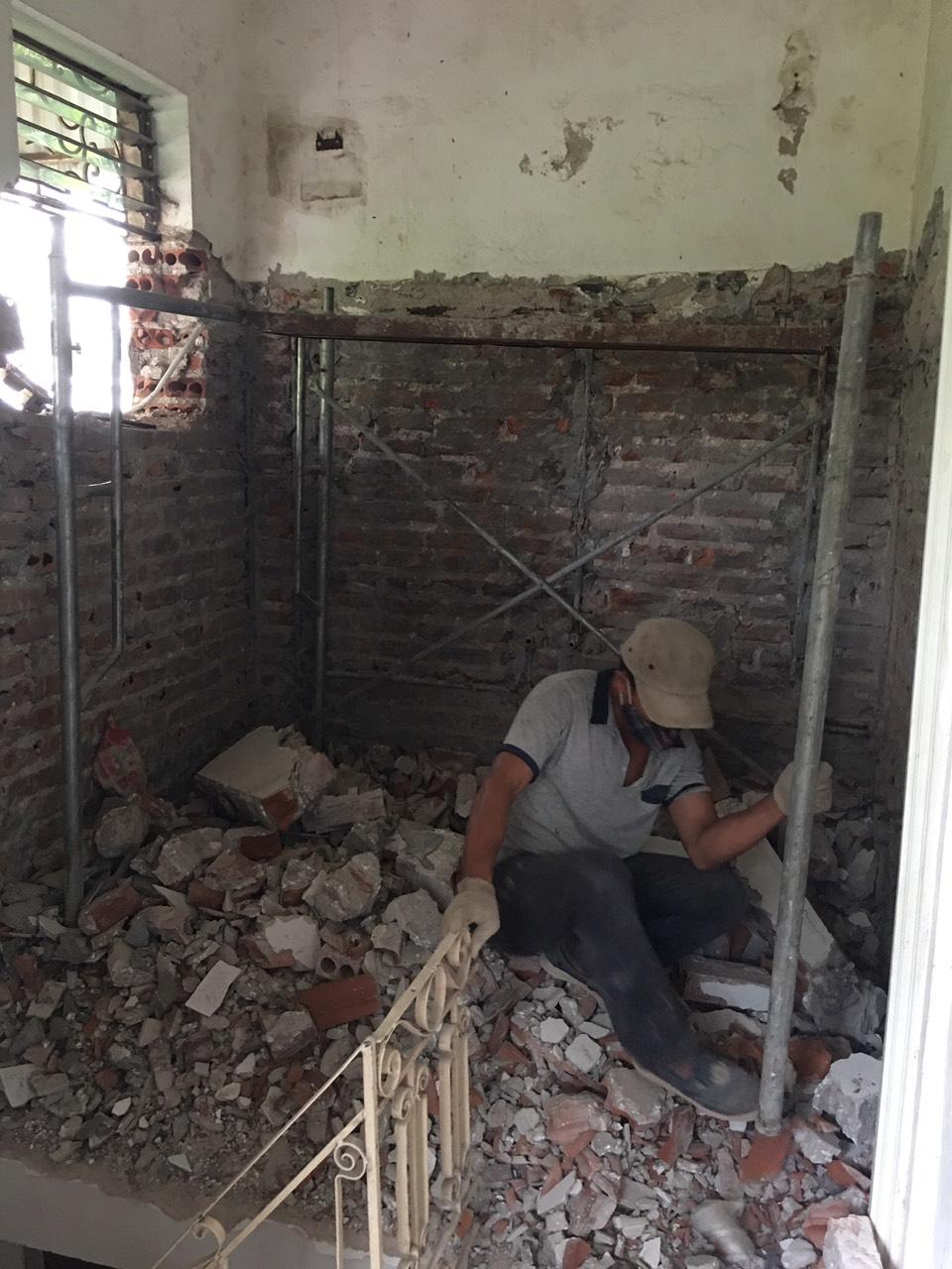 Phá dỡ tường gạch tại chỗ