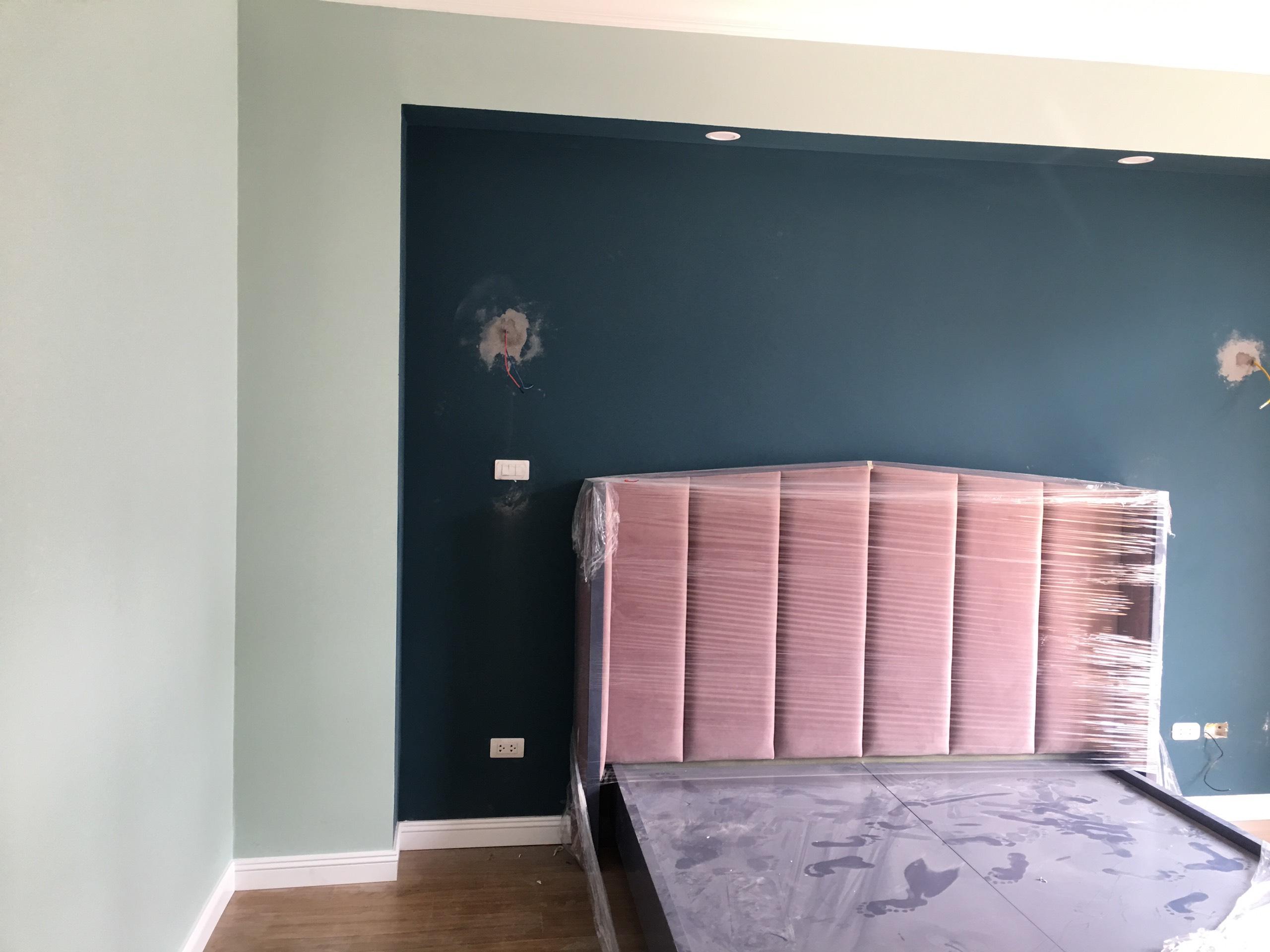 Sơn tường xanh đậm tạo điểm nhấn phòng ngủ