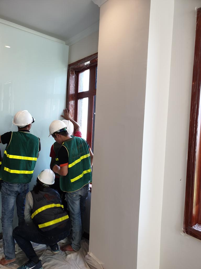 Thi công lắp dựng vách kính cho backdrop công ty