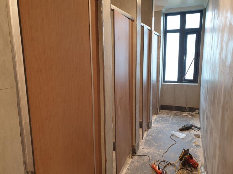 Thi công lắp dựng vách ngăn khu vệ sinh cho nhân viên văn phòng