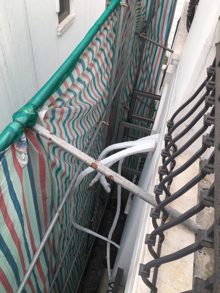 Toàn bộ cục nóng điều hòa được đi ống trên trần và ra phía ban công sau nhà đảm bảo kỹ thuật khi cải tạo nhà