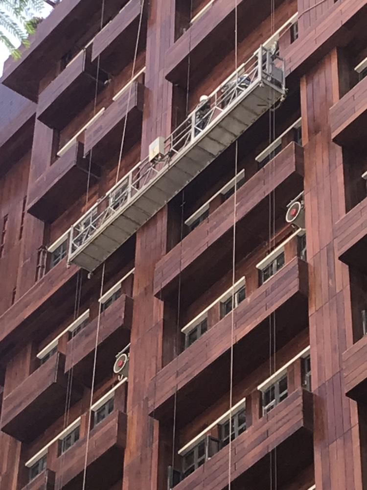 Toàn bộ mặt ngoài được ốp gạch giả gỗ