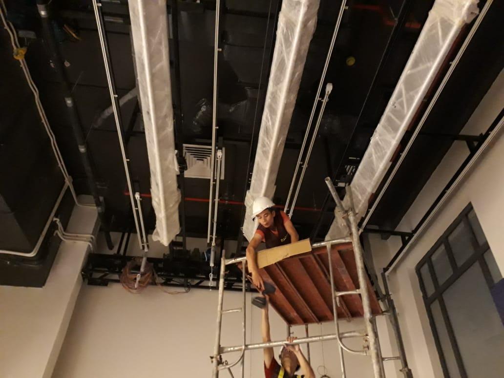 Trần sơn đen và bố trí công năng hợp lý giảm âm thanh bị dội khi làm việc