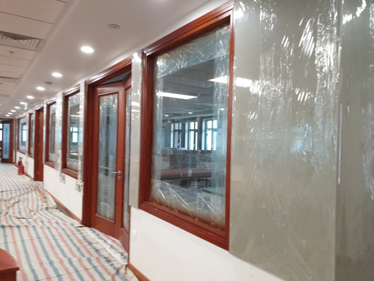 Vách ngăn các phòng làm việc kết hợp thạch cao, kính, bo nẹp gỗ tự nhiên