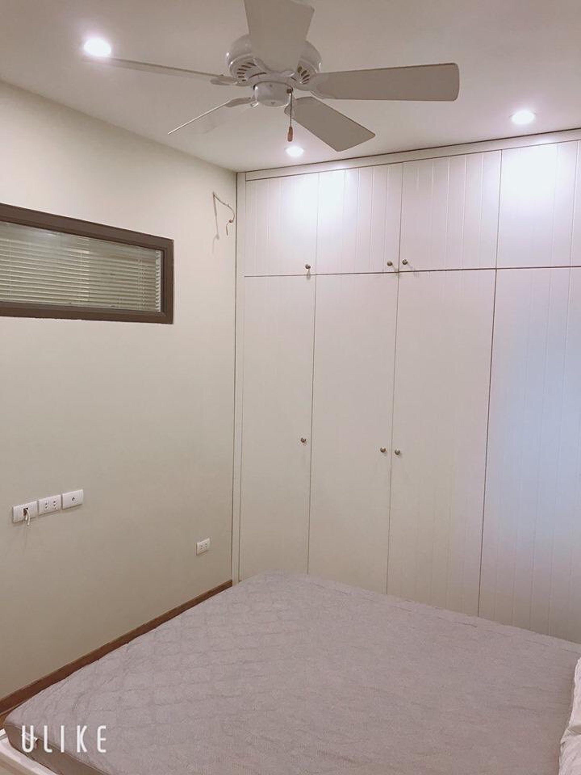 Phòng ngủ với tủ âm tông màu trắng thanh thoát